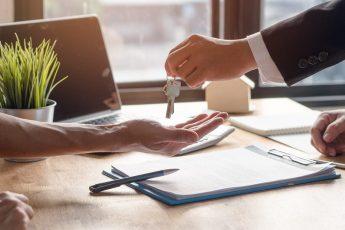 Imagem de pessoa fechando acordo de aluguel do seu imóvel com uma imobiliária