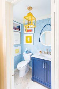 Imagem de banheiro colorido, tendência em decoração em 2020