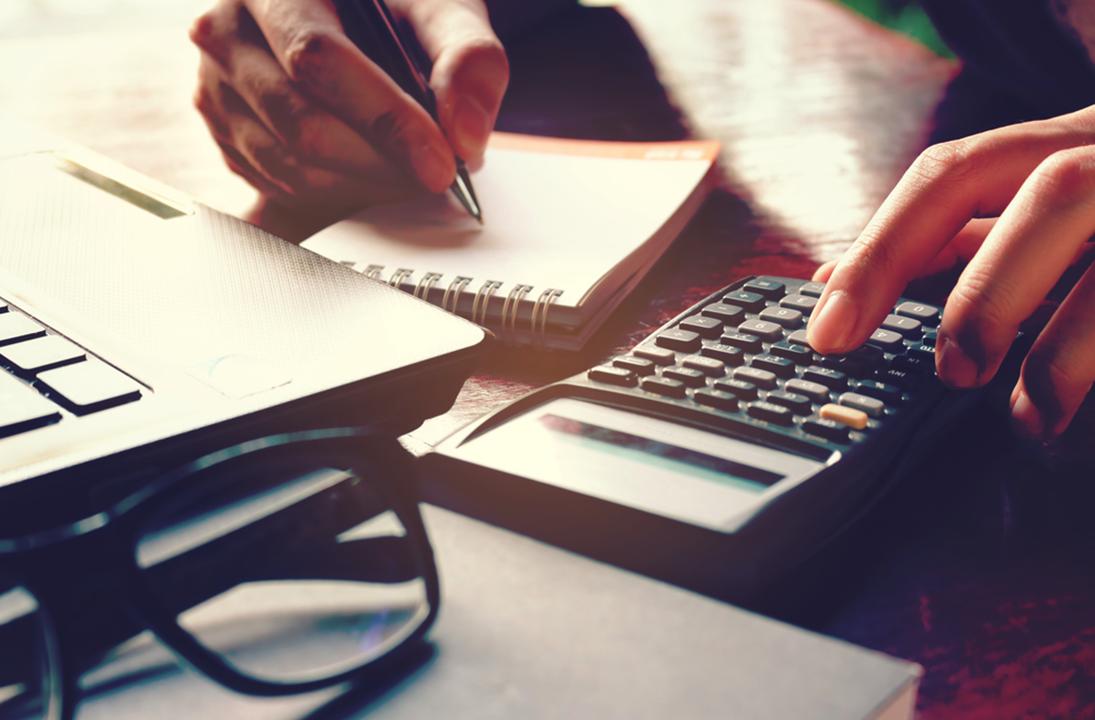 Imagem que representa uma pessoa fazendo o cálculo do valor do imóvel