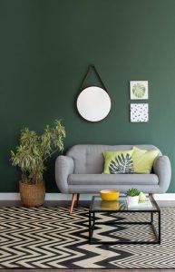 Imagem de sala decorada com combinação de tons, tendência de decoração em 2020