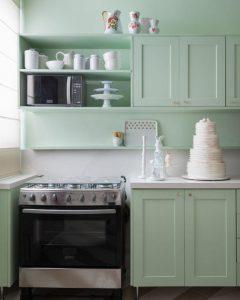 Imagem de cozinha monocromática, tendência em decoração em 2020