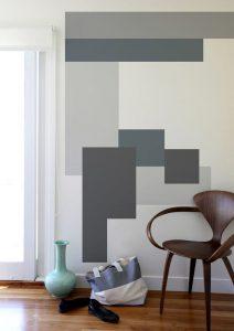 Imagem de uma sala com padronagem disruptiva, tendência em 2020, na parede
