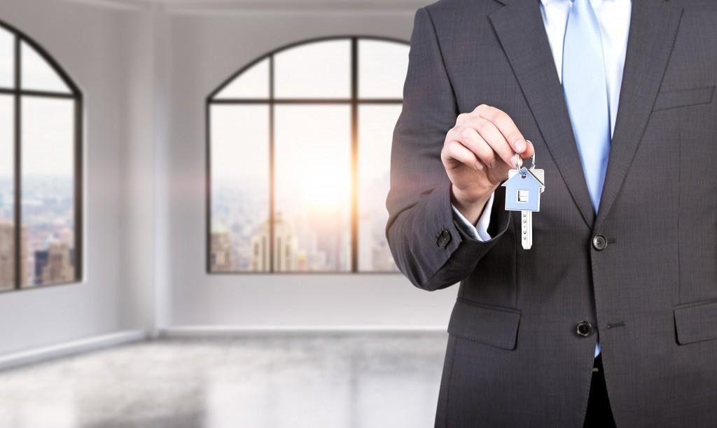 Imagem de homem segurando chave para vender casa mais rápido